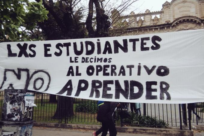 Fuerte rechazo de estudiantes y docentes al operativo Aprender que impone el gobierno macrista