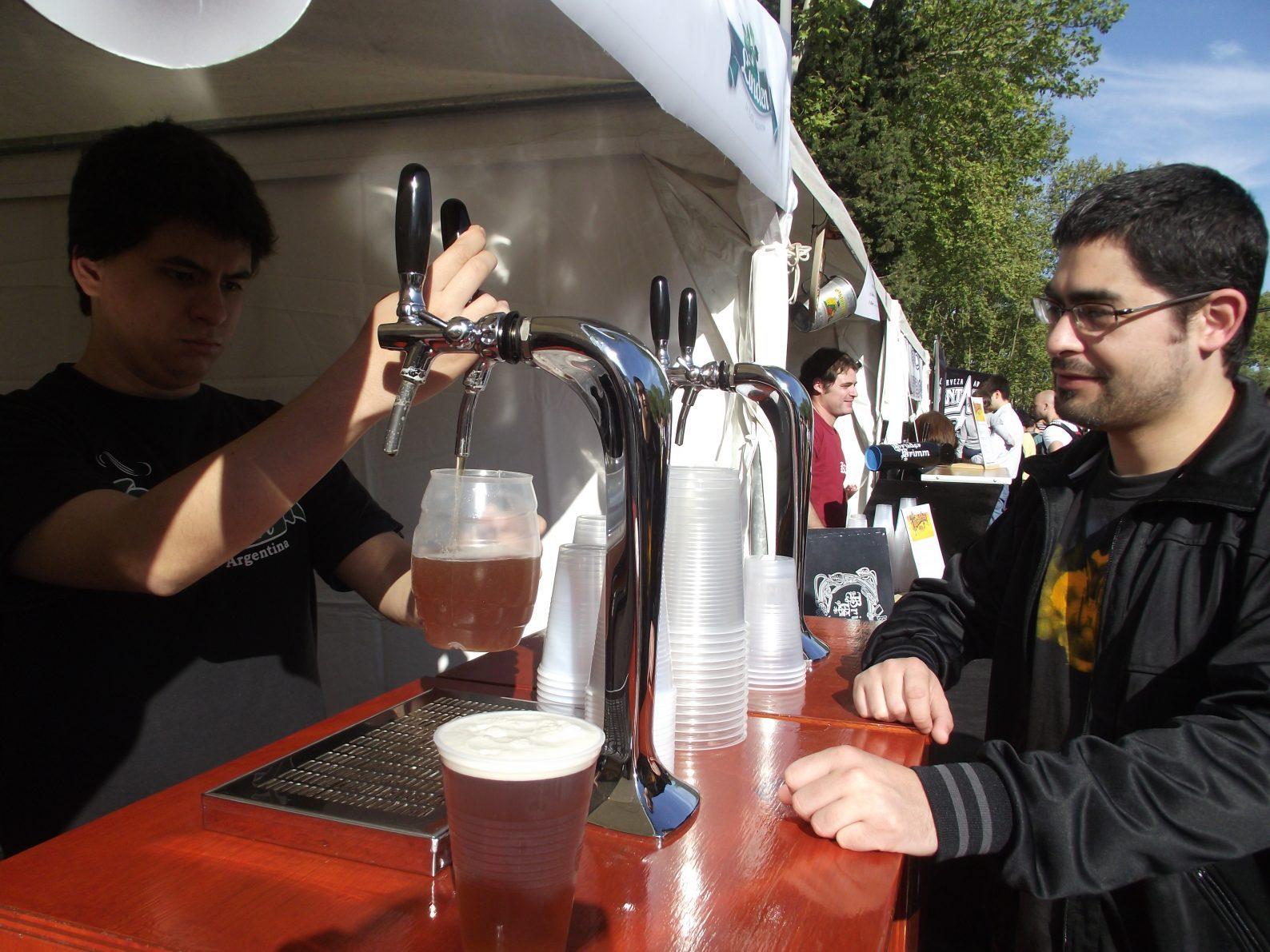 Garro ahoga a los cerveceros artesanales violando una ordenanza municipal