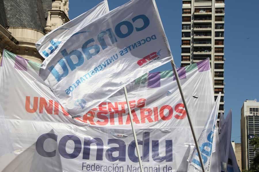 Gracias al recorte presupuestario de Macri, las universidades públicas no pueden pagar salarios ni mantener los edificios