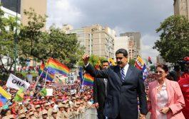 """""""En Venezuela no habrá golpe ni intervención extranjera"""", dijo Maduro ante una multitud en defensa de la democracia"""