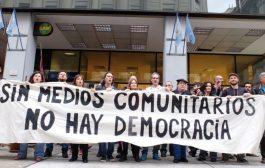 """Medios comunitarios denuncian que el ENACOM busca """"limpiarlos"""" para favorecer a las grandes empresas"""