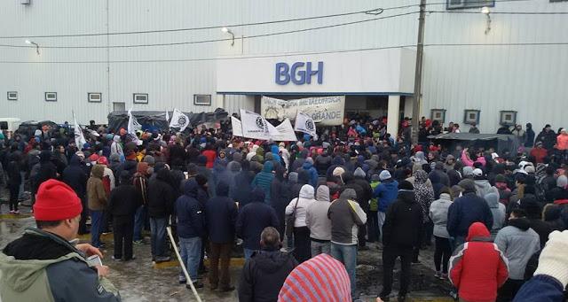 Continúa la ola de despidos y el cierre de fábricas en la Argentina de Mauricio Macri