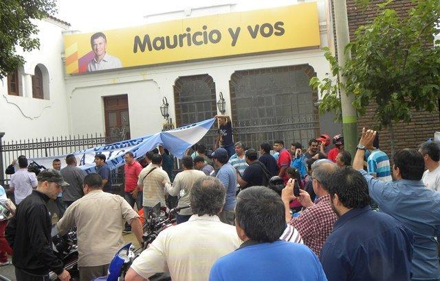 La Rioja: Gremios protestaron frente a la sede del PRO por los despidos en empresas del Parque Industrial