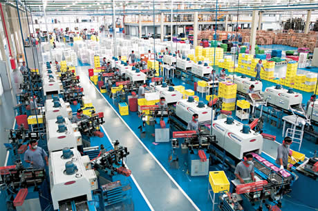 Alpargatas frenó su producción y los textiles advierten que \u201cla industria se está cayendo a