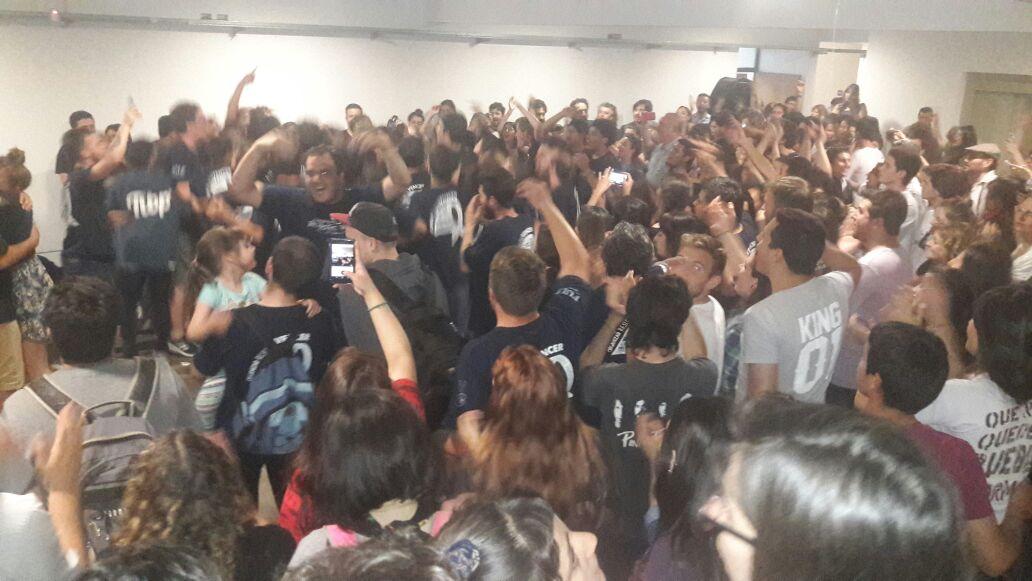 Con una rotunda victoria, la Walsh volvió a imponerse en Periodismo de la UNLP y estalló el festejo estudiantil