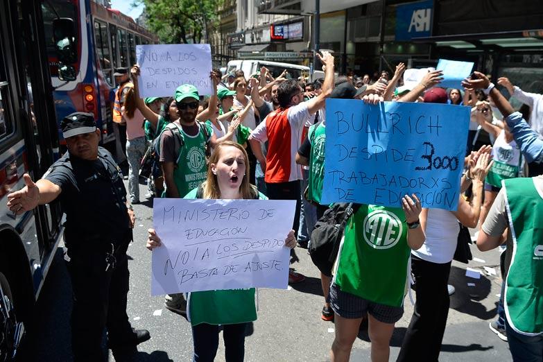 Educación: El macrismo prometió diálogo pero mandó a la Federal a reprimir a los trabajadores despedidos