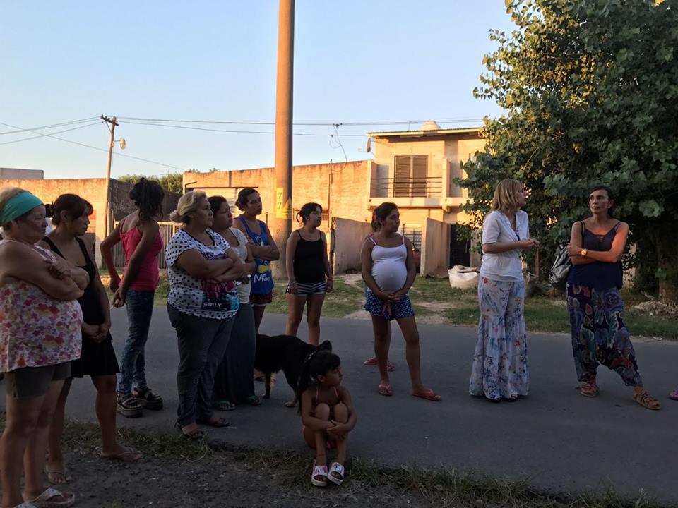 """""""La situación en Los Hornos es angustiante"""", denunció Saintout al acompañar a los 2.500 vecinos que siguen sin agua"""