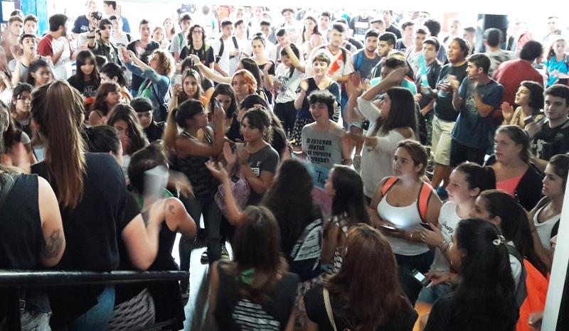"""Periodismo de la UNLP se moviliza """"para ponerle fin a la violencia física y simbólica"""" contra las mujeres"""