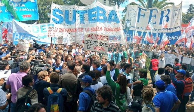 """Octavo día de huelga, marcha y un rechazo contundente a la extorsión: """"La dignidad de los docentes no se vende ni se compra"""""""