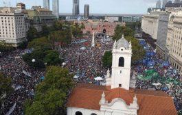 """Cientos de miles, una multitud, un tumulto popular, una montonera ciudadana, ganó la Plaza y las calles con la consigna """"Son 30.000"""""""