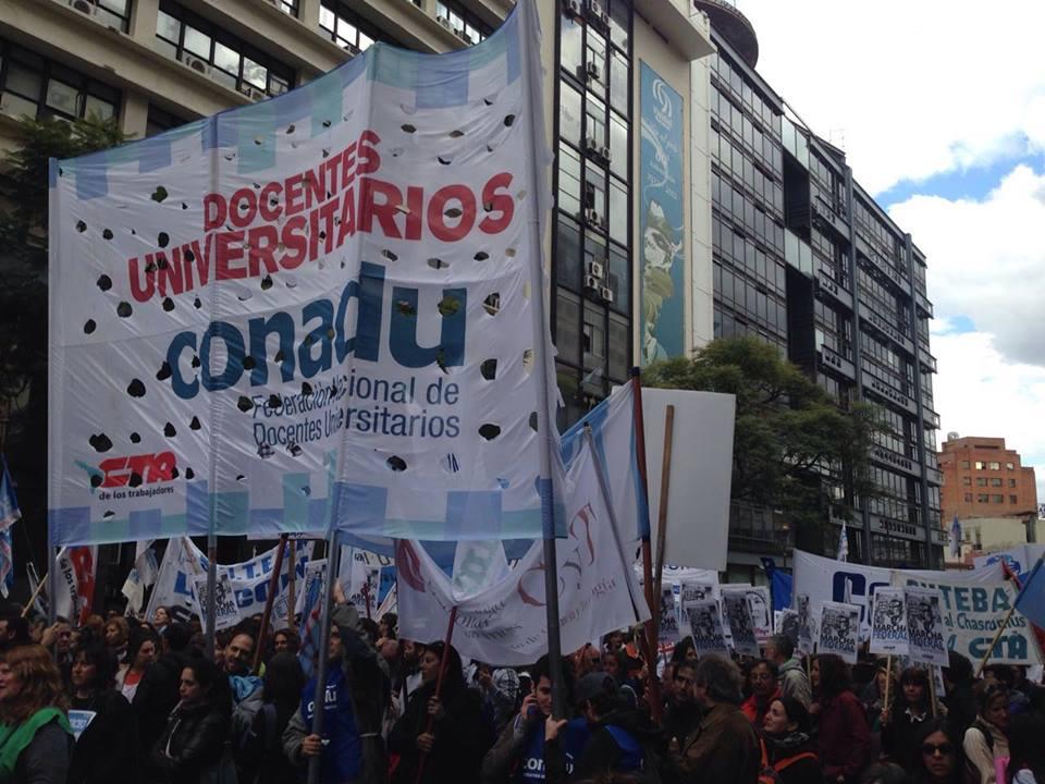 Los docentes universitarios rechazan los techos salariales del 18 por ciento y se suman al paro