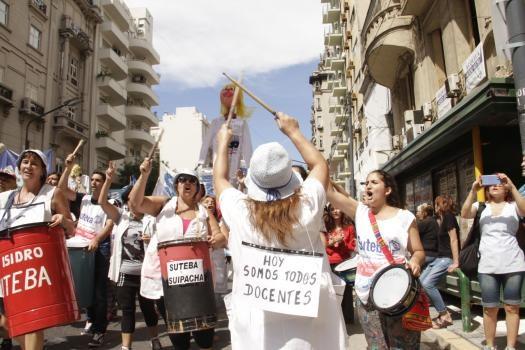 """La huelga docente continúa este martes: """"No queremos salarios de hambre"""""""