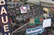 Los 130 trabajadores del Hotel Bauen resisten el desalojo con festival y vigilia
