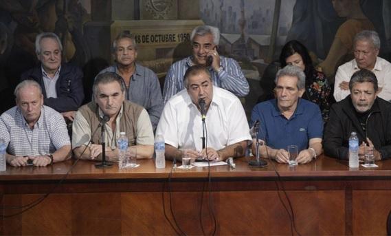 """Triunvirato """"conservador"""" de la CGT destaca contundencia de la huelga y le sugiere a Macri que busque mafias """"en la especulación financiera"""""""