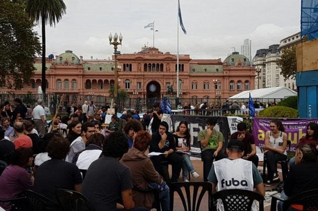 Paro y clases públicas en Plaza de Mayo, frente a la Casa de la Represión
