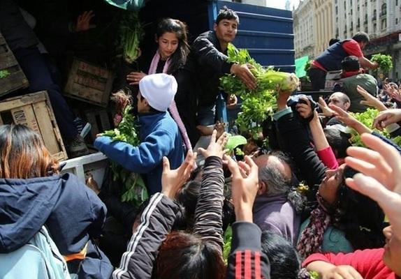 """Nuevo verdurazo contra Macri en Plaza de Mayo: """"Estamos cansados de que nos sigan peloteando, necesitamos ayuda urgente"""""""