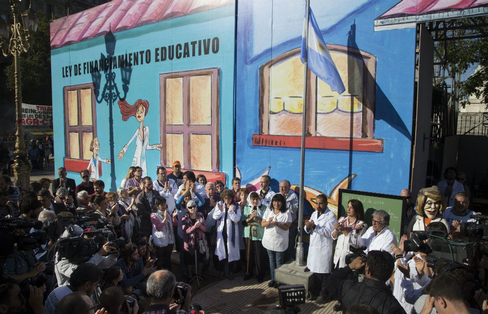 """Desde """"la Escuela"""" que montaron en Congreso, el lunes los docentes seguirán de cerca la reunión con Vidal, temiendo otra trampa"""