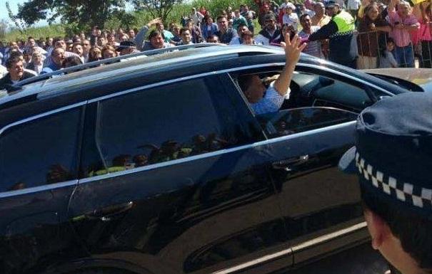 """A donde vaya, escrache: Tucumanos inundados recibieron a Macri al grito de """"oligarca hijo de puta"""""""