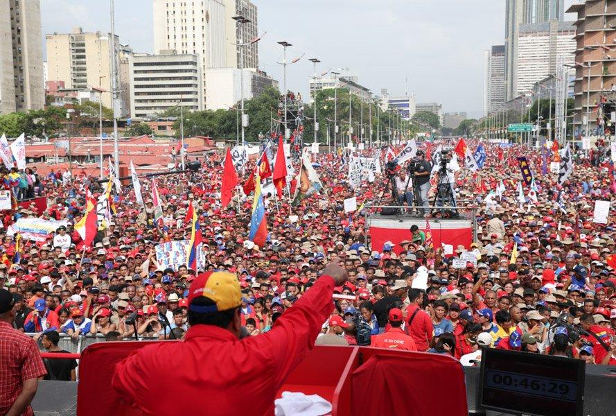 """""""Estamos desmantelando el golpe de Estado terrorista"""", exclamó Maduro ante una multitud en Caracas"""