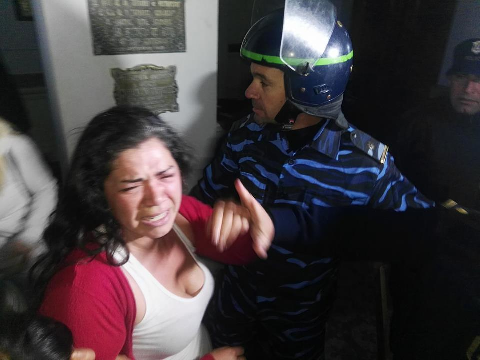 Brutal desalojo en la Municipalidad de Azul: la policía reprimió a mujeres que reclamaban trabajo con sus hijos
