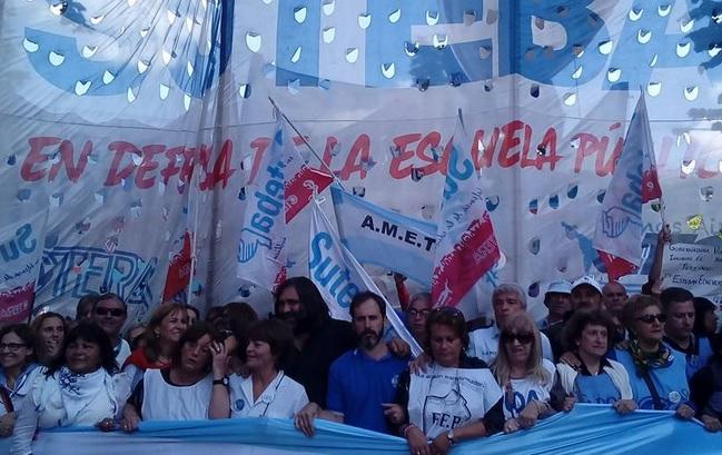"""Vidal insiste con salarios de hambre y los maestros instalan la """"Carpa de la Dignidad"""" en La Plata"""