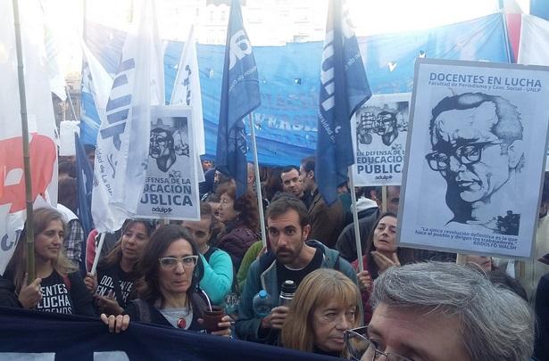 """Multitudinaria marcha federal en defensa de la Universidad Pública: """"El Gobierno sólo piensa en vaciarla y mercantilizarla"""", advierten desde ADULP"""