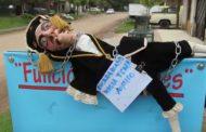 En Junín hasta los títeres salen a protestar por las promesas incumplidas de Cambiemos