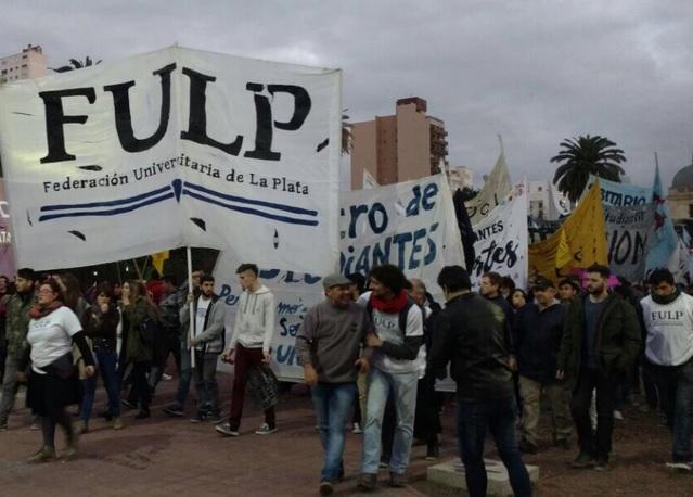 """""""Con hambre no se puede pensar"""": Multitudinaria marcha de la FULP por la educación pública, mayor presupuesto universitario y comedor turno noche"""