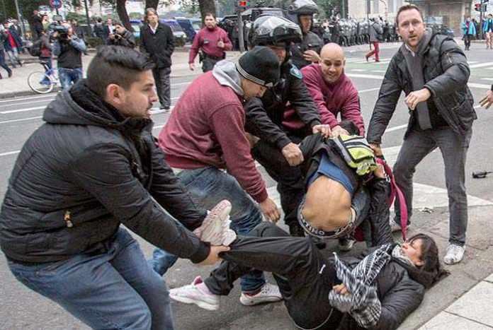 """Represión, caza de militantes con patotas como Grupos de Tareas sin identificarse, y la TV que despliega una nueva teoría de """"los dos demonios"""""""