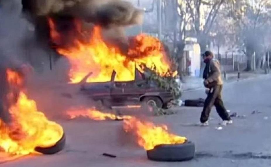 Indignados por el femicido de una joven embarazada, incendiaron autos y apedrearon comisaría de Glew