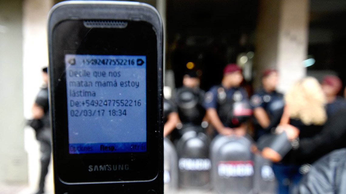Los policías imputados por la Masacre de Pergamino panchos por sus casas, comiendo con su familia en un bolichito