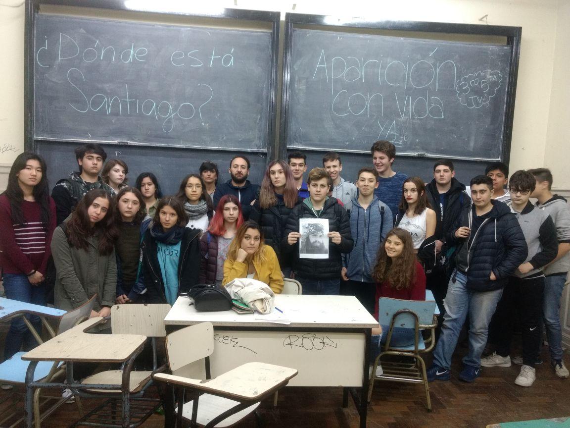 El Gobierno no quiere que los estudiantes pregunten dónde está Santiago y hasta manda gendarmes para amedrentarlos