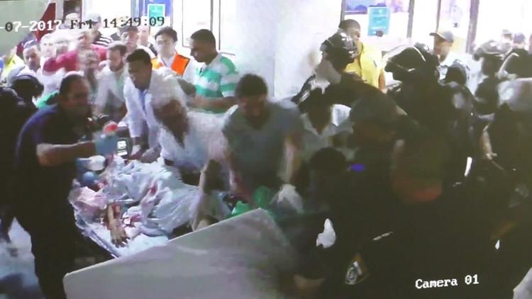 Imagen que recorre el mundo: Un hombre herido muere mientras soldados israelíes intentan arrestarlo en un hospital