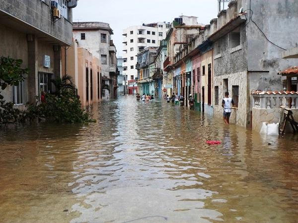 """No hay huracán que pueda con la memoria escrita de Lezama Lima, o """"los documentos de Lezama están a salvo"""""""