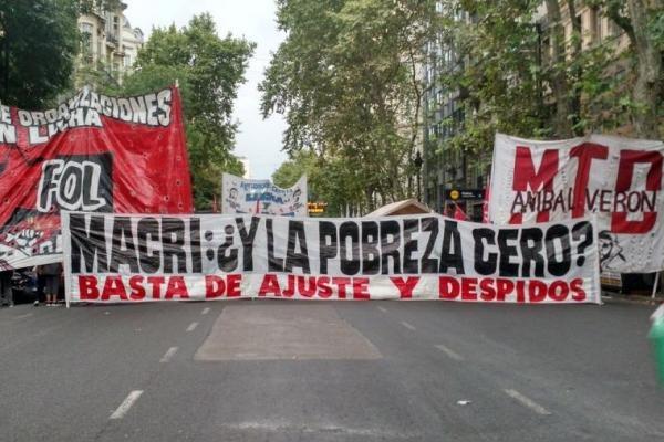 YPF la petrolera mentirosa, y los movimientos sociales se lo dicen en la jeta: poné la guita para los comedores populares