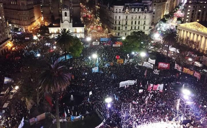 """""""¡Aparición con vida de Santiago!"""" y """"¡Fuera Bullrich!"""", gritó una multitud desde Plaza de Mayo"""