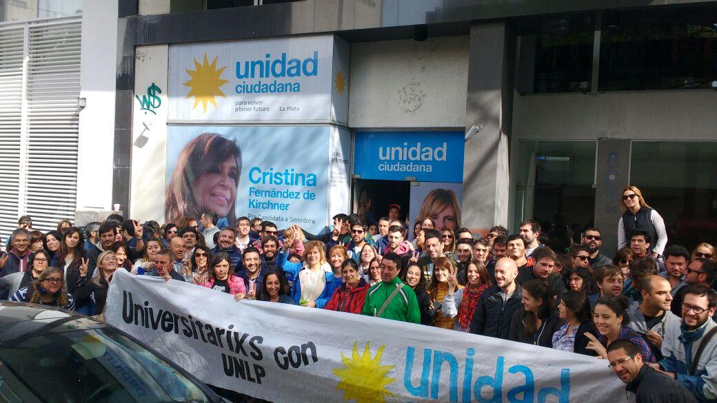La comunidad académica acompaña a Florencia Saintout en sus caminatas y encuentros con vecinos de La Plata