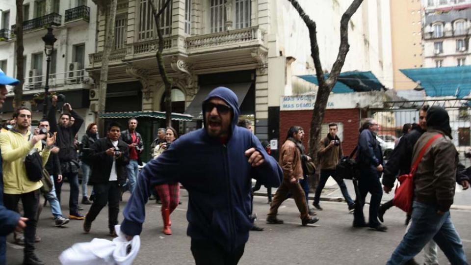 De manual: los provocadores de los servicios, capucha y piñas para intimidar en las calles