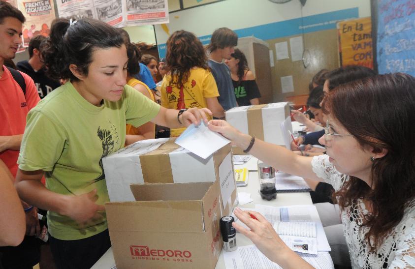 En medio del ajuste y con Santiago Maldonado ¡vamos los pibes!: votan los estudiantes en las urnas de la UNLP