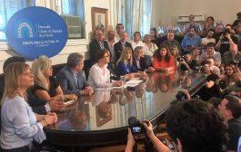 Acompañada por Saintout y otros dirigentes, Cristina aseguró que Macri persigue a la oposición y pone en peligro el estado de derecho
