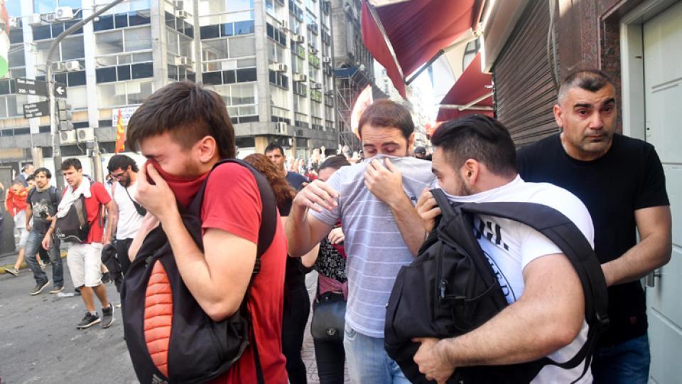 Diputados que debaten en el recinto mientras balazos de goma, palos, gases, toda la represión policial, en las calles