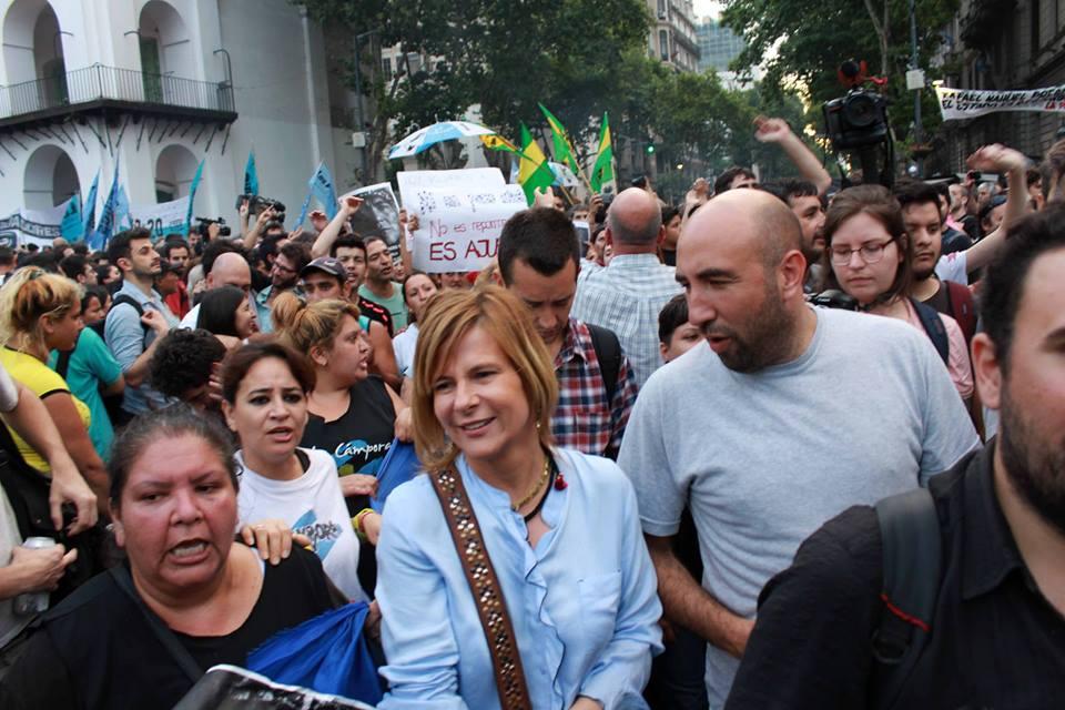 """""""Respondemos de forma pacífica y con memoria, ocupando las calles"""", dijo Florencia Saintout desde la Plaza"""