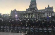 En Argentina el Congreso sólo funciona militarizado, casi bajo estado de sitio y en medio de la represión a la protesta social