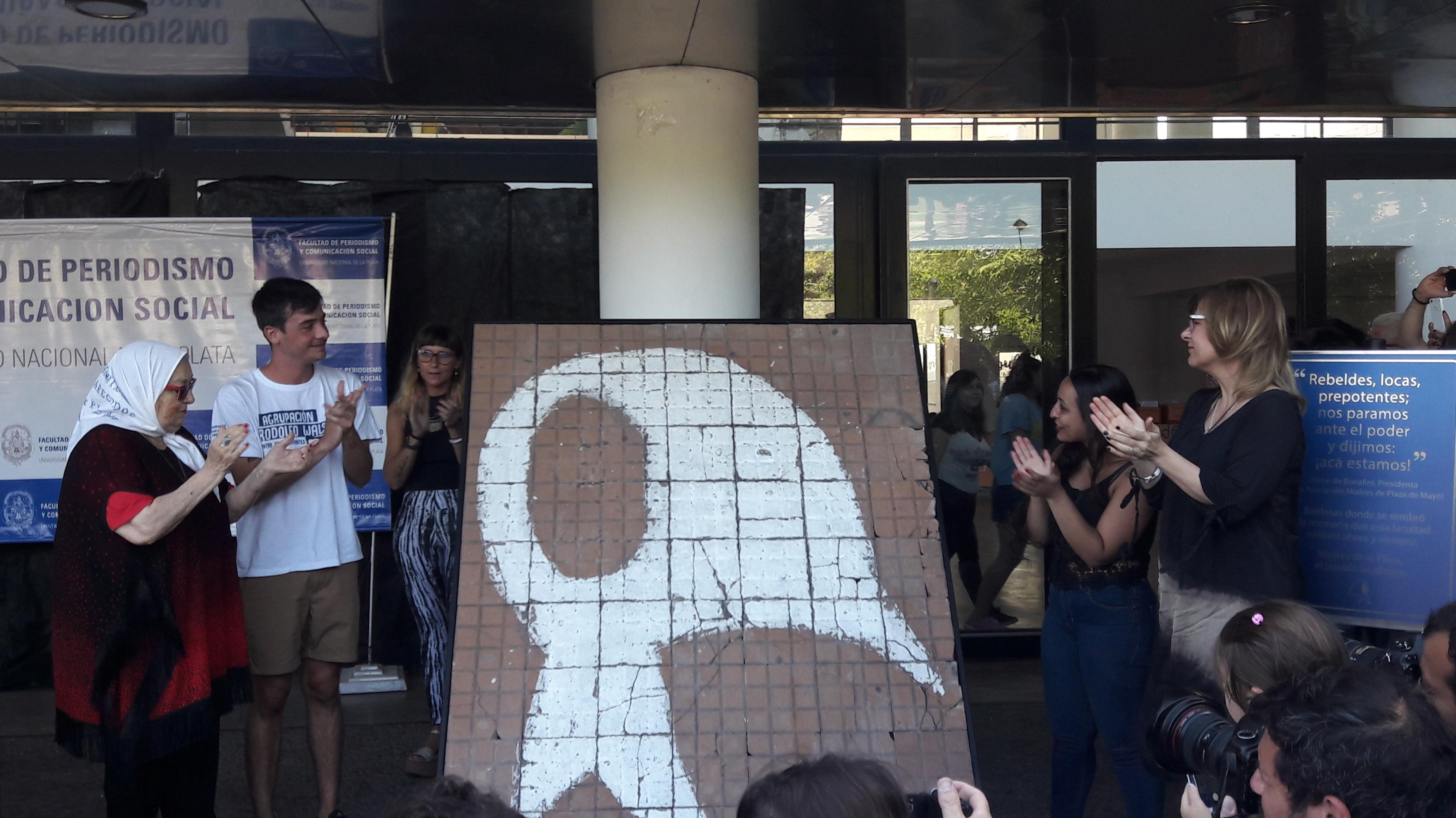 Con la presencia de Saintout, las Madres entregaron el Pañuelo de Baldosas de la plaza a la facultad de Periodismo