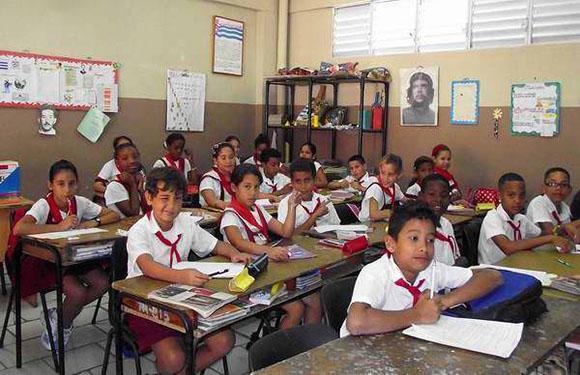 En las Redes (como pejerrey que se defiende): en Cuba hay escuelas para un pibe, que le avisen a Vidal