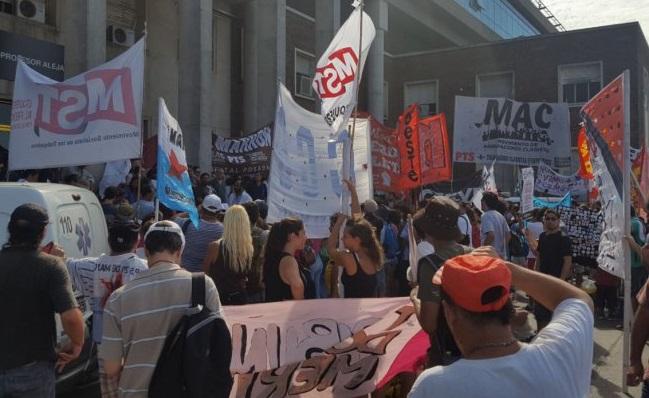 "Abrazo al Hospital Posadas: ""No queremos más despidos ni represión"""