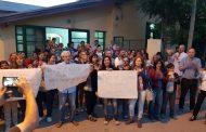 """Son cada vez más los """"abrazos solidarios"""" para defender los bachilleratos para adultos en La Plata"""