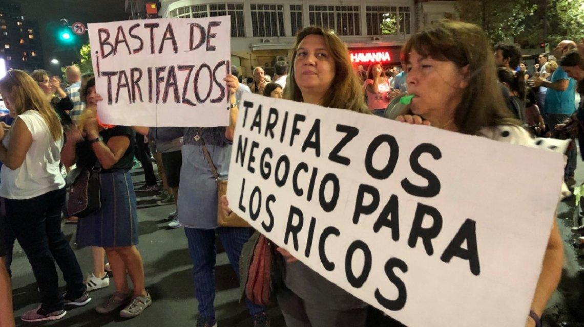 Caputo, Mindlin y Pagano cuentan los 11.303 millones que ganaron mientras los vecinos se levantan contra el tarifazo