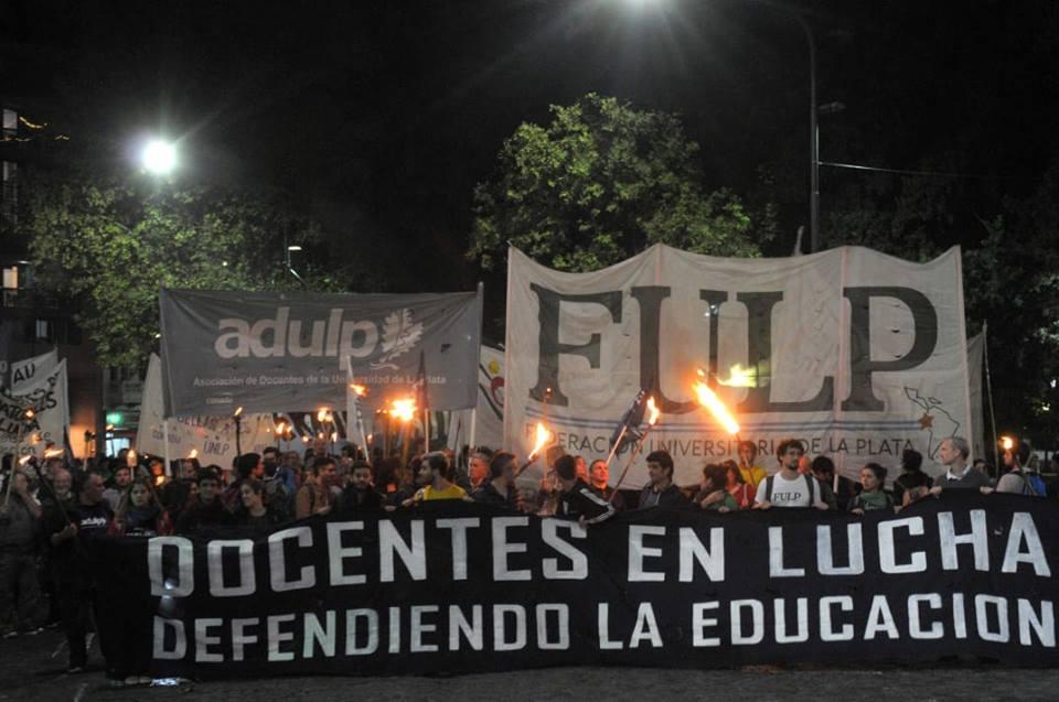 Masivo acatamiento al paro y destacada asistencia de docentes universitarios a la Marcha de las Antorchas