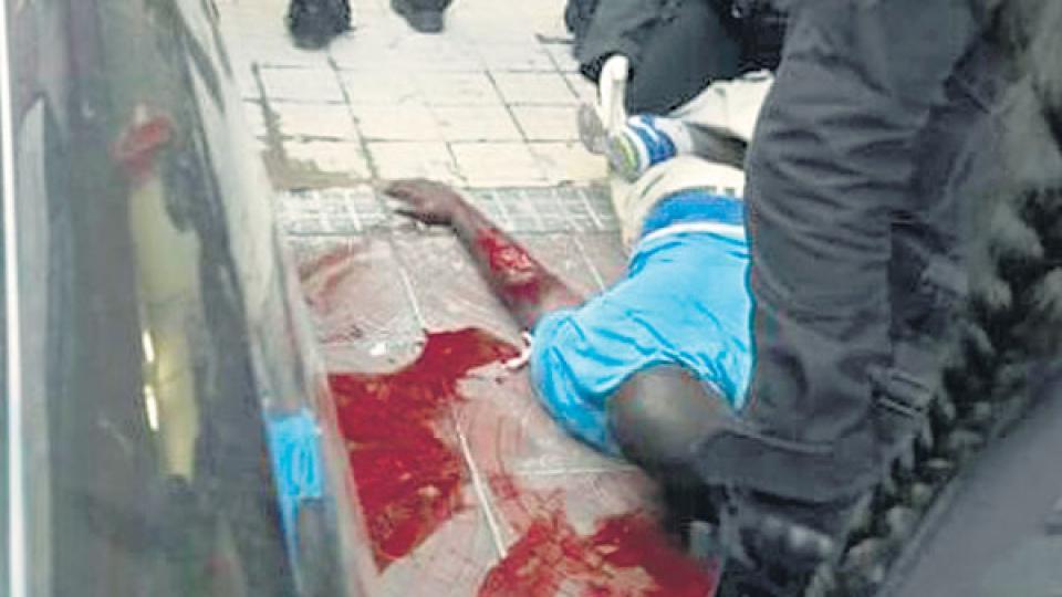 A lo Rambo, el comando asesino, un cana de Rodríguez Larreta atacó a navajazos a un vendedor callejero senegalés